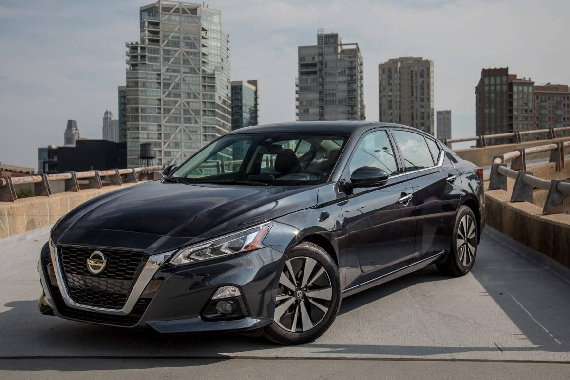 01-nissan-altima-2.5-sv-2019-angle--black--exterior--front.jpg