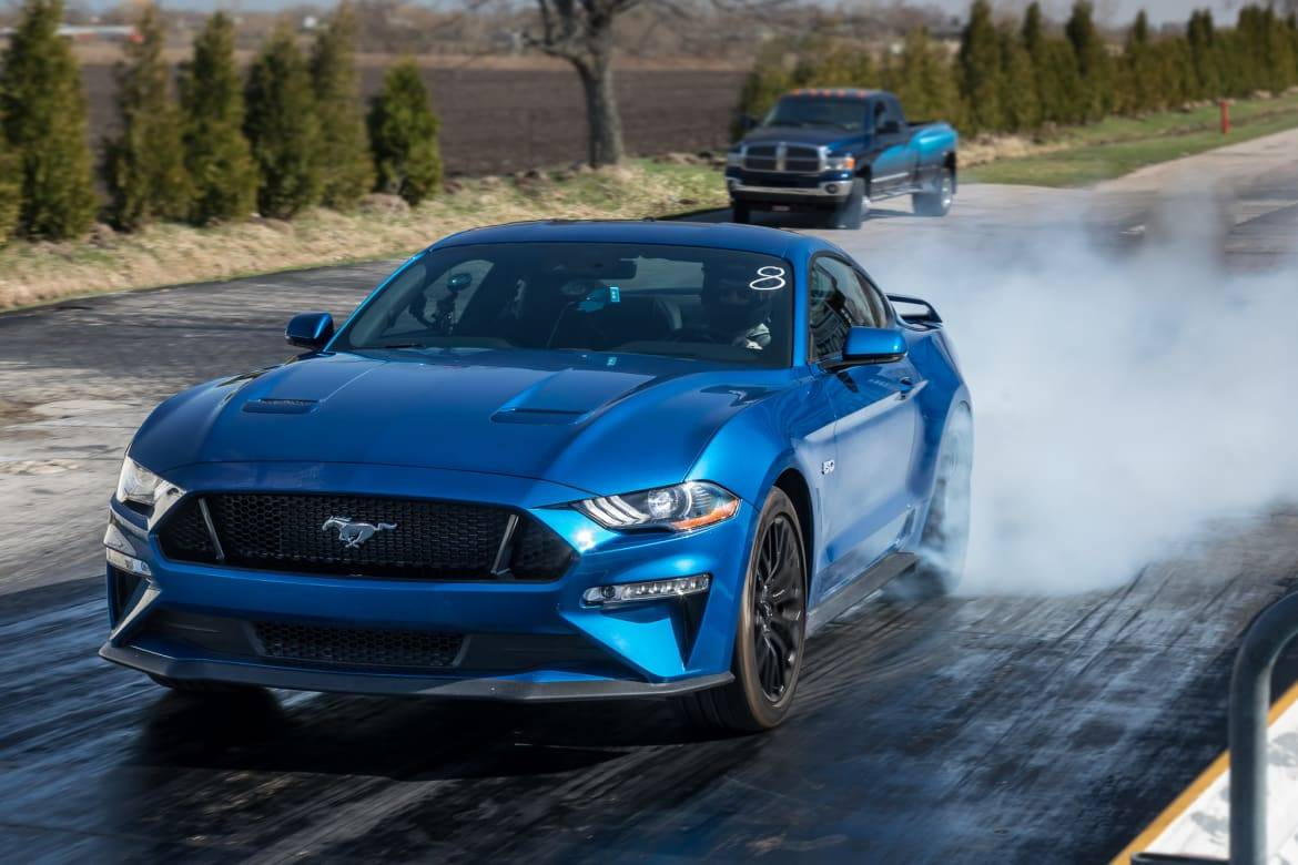 01-ford-mustang-gt-2018-angle--blue--drag-strip--exterior--front