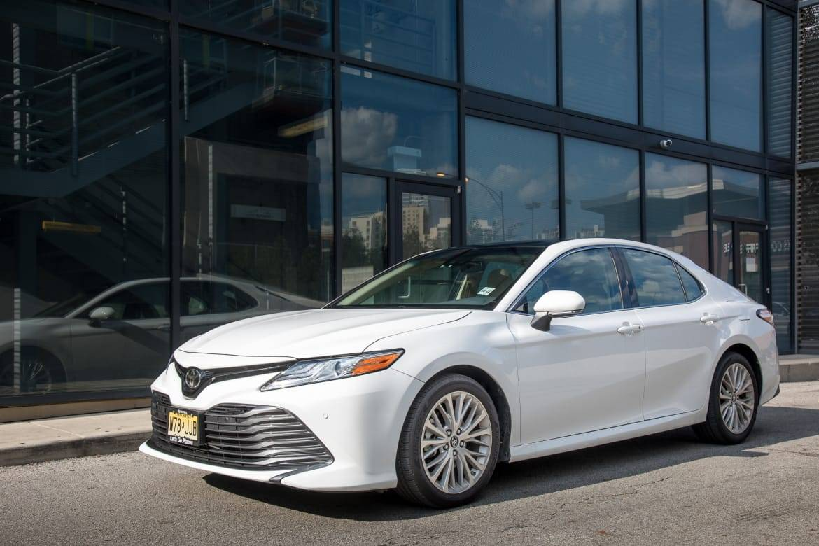 01-toyota-camry-xle-2018-angle--exterior--front--white.jpg