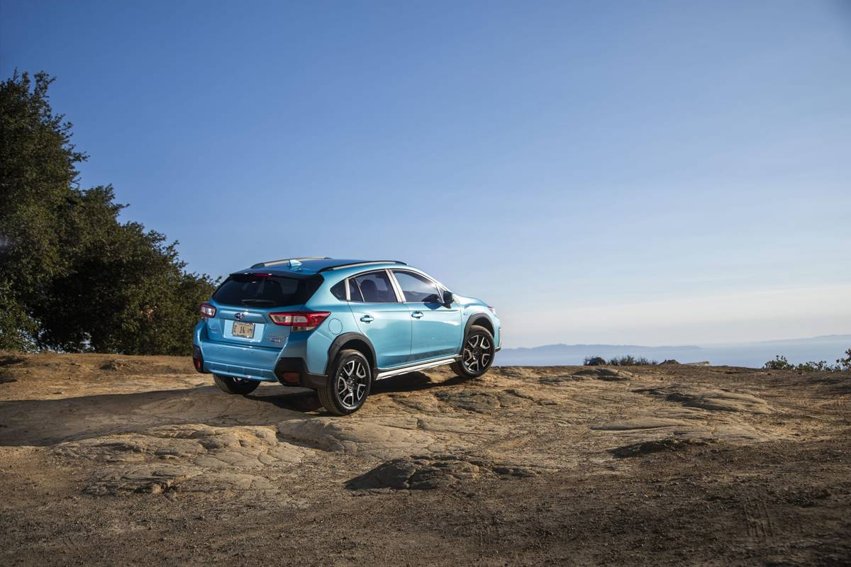 06-subaru-crosstrek-hybrid-2019-angle--blue--exterior--mountains