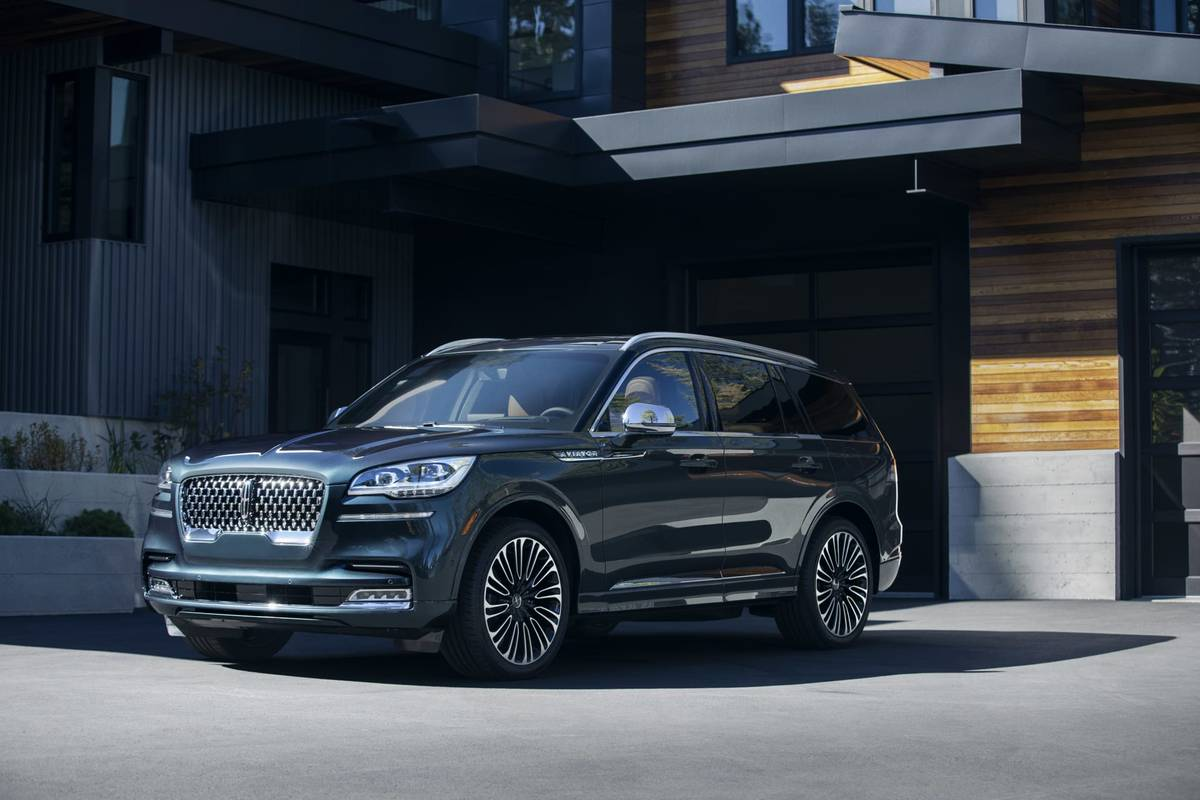 06-lincoln-aviator-2020-angle--blue--exterior--front.jpg
