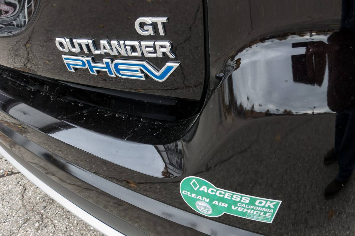 05-mitsubishi-outlander-phev-2018-badge--black--exterior.jpg
