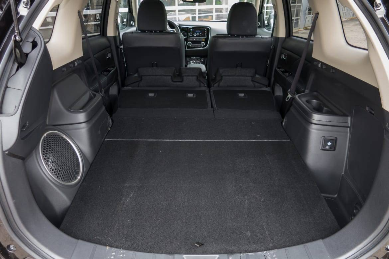 30-mitsubishi-outlander-phev-2018-folding-seats--interior--trunk