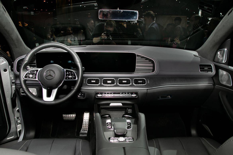 10-mercedes-benz-gls580-2020-cockpit-shot--interior.jpg