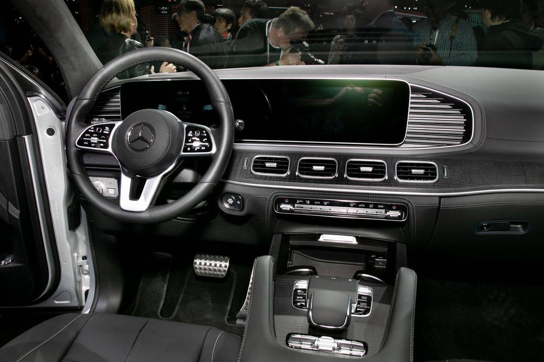 11-mercedes-benz-gls580-2020-front-row--interior.jpg