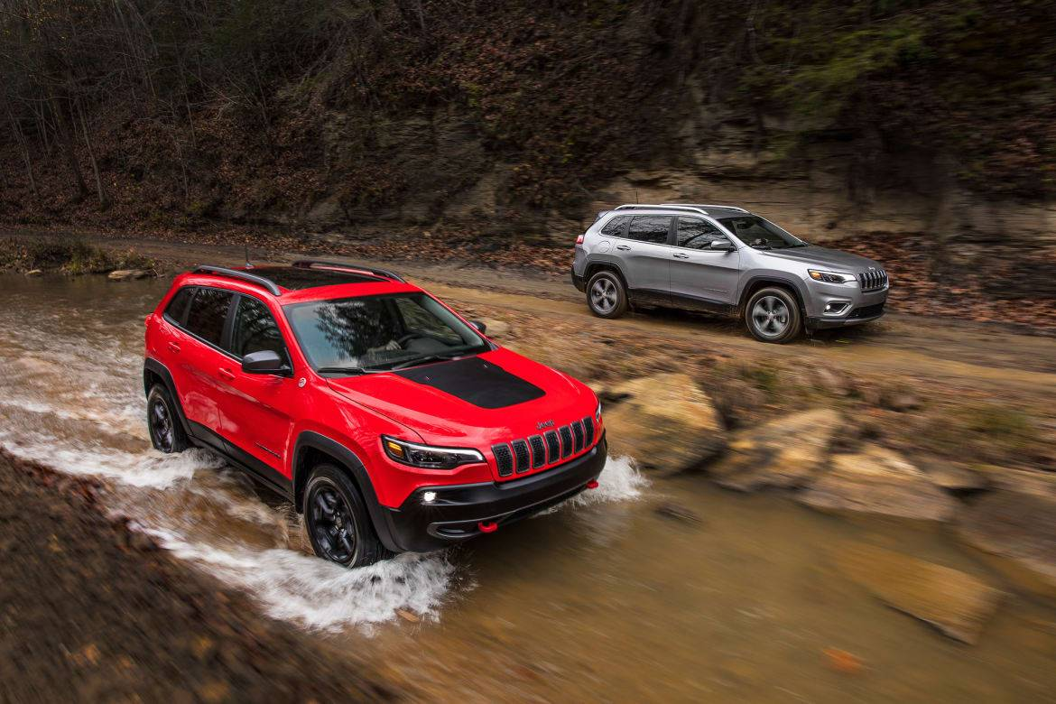 01-jeep-cherokee-2019-angle--dynamic--exterior--front--off-road-