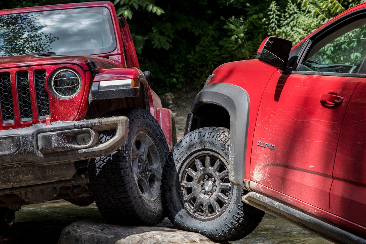 jeep--chevrolet-colorado-zr2-bison-and-gladiator-2019--2020-01-exterior--off-road--red.jpg