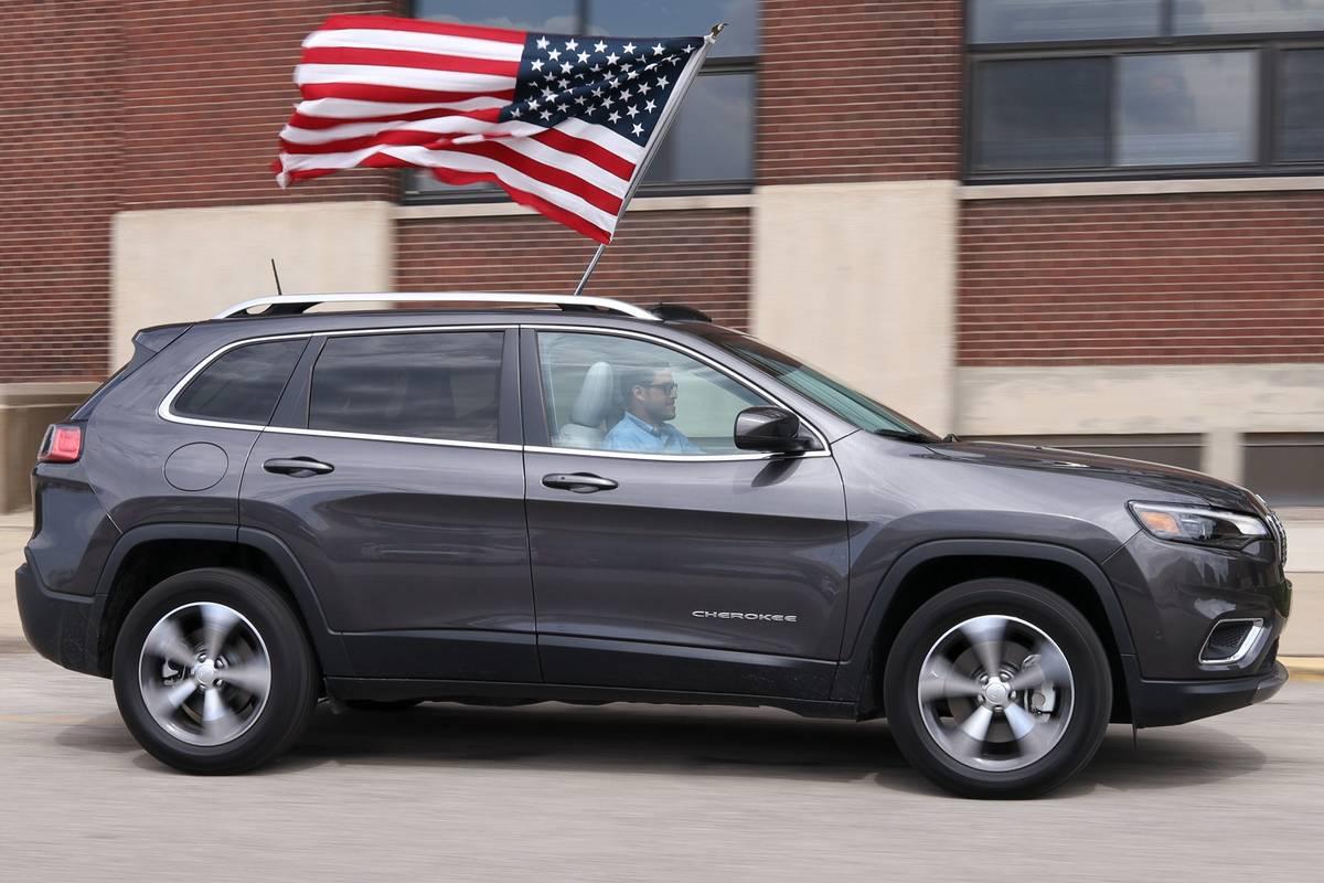 jeep-cherokee-2019-01-dynamic--exterior--flag--grey--profile.jpeg