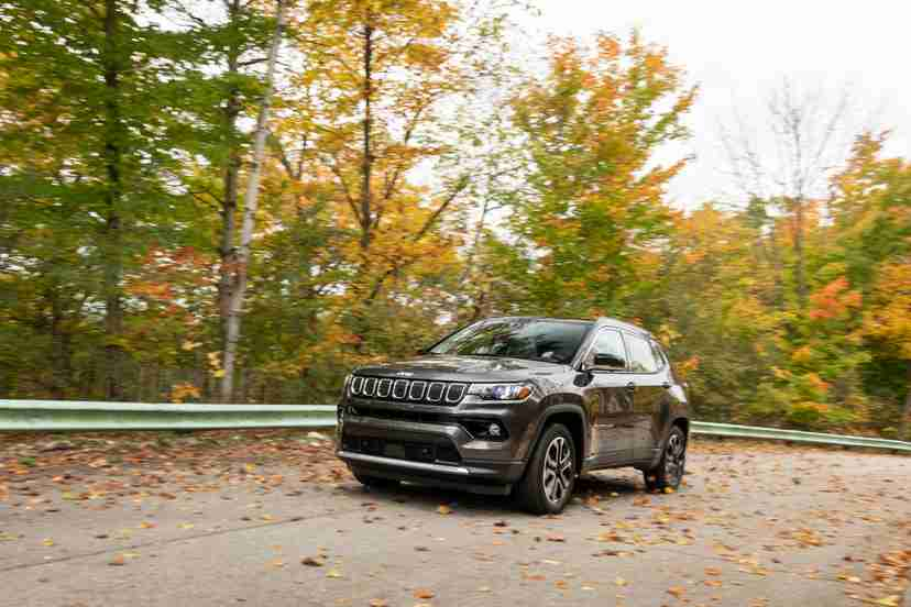 jeep-compass-limited-4x4-2022-01-dynamic-exterior-front-angle-grey-suv