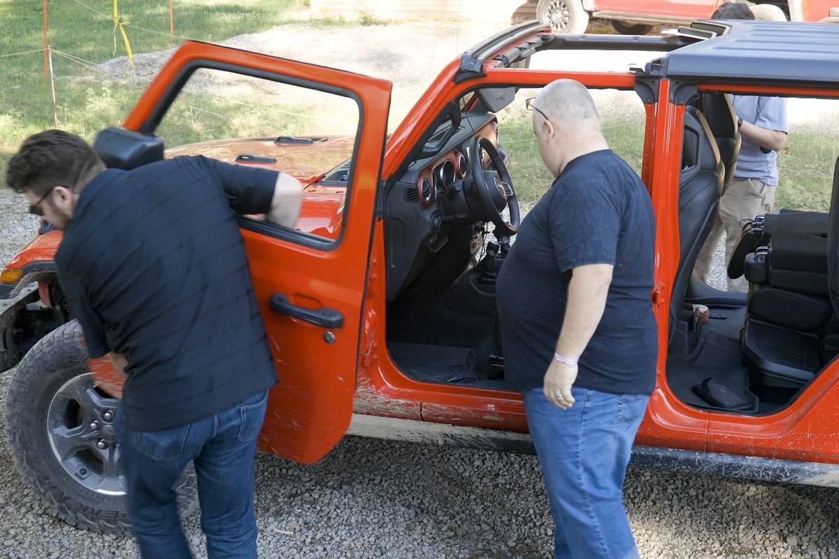 jeep-gladiator-2020-06-doors--exterior--heartbeat--red.jpg