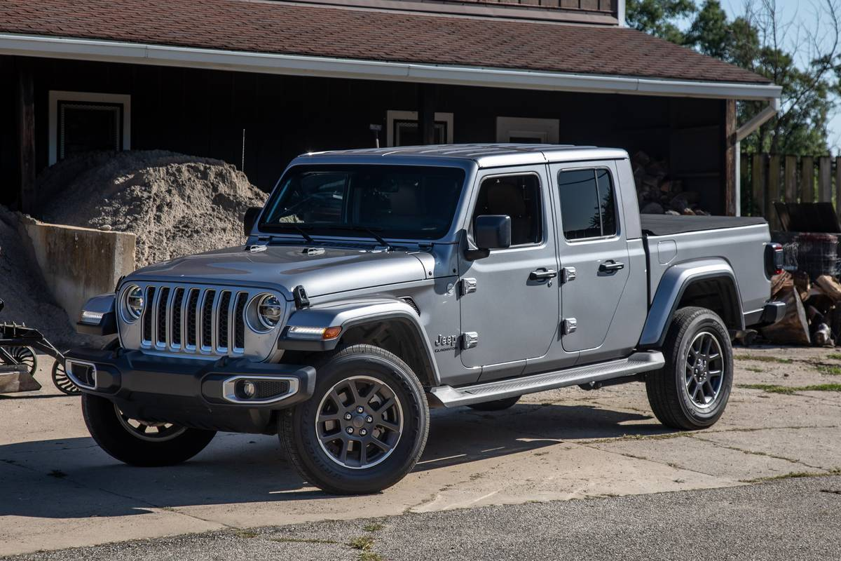 jeep-gladiator-2020-07-angle--exterior--front--silver.jpg