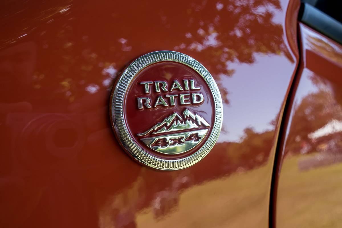 jeep-renegade-2019-09-badge--detail--exterior--orange.jpg