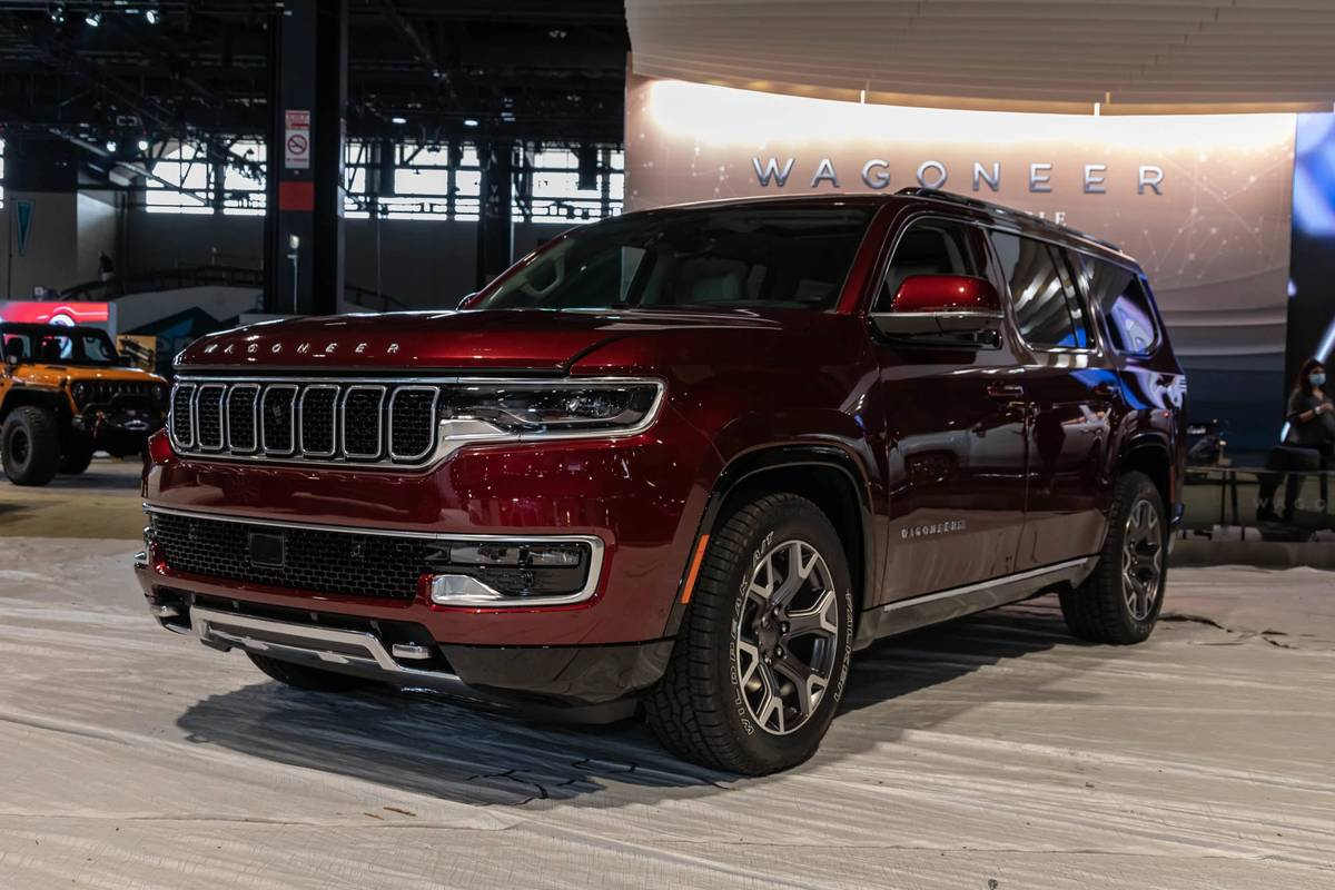jeep-wagoneer-2022-02-angle--exterior--front--red.jpg