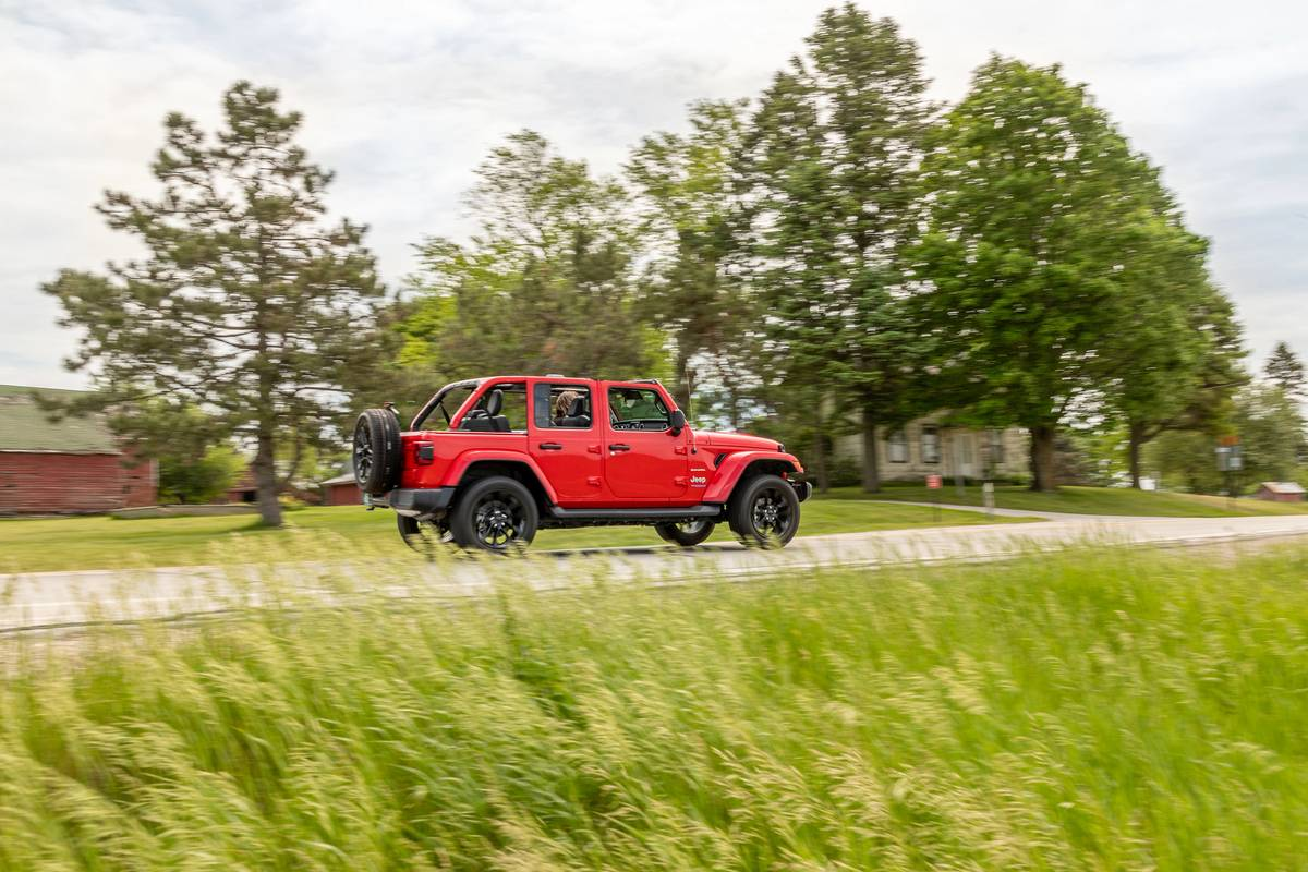 jeep-wrangler--unlimited-sahara-4xe-2021--01-dynamic--exterior--profile--red.jpg