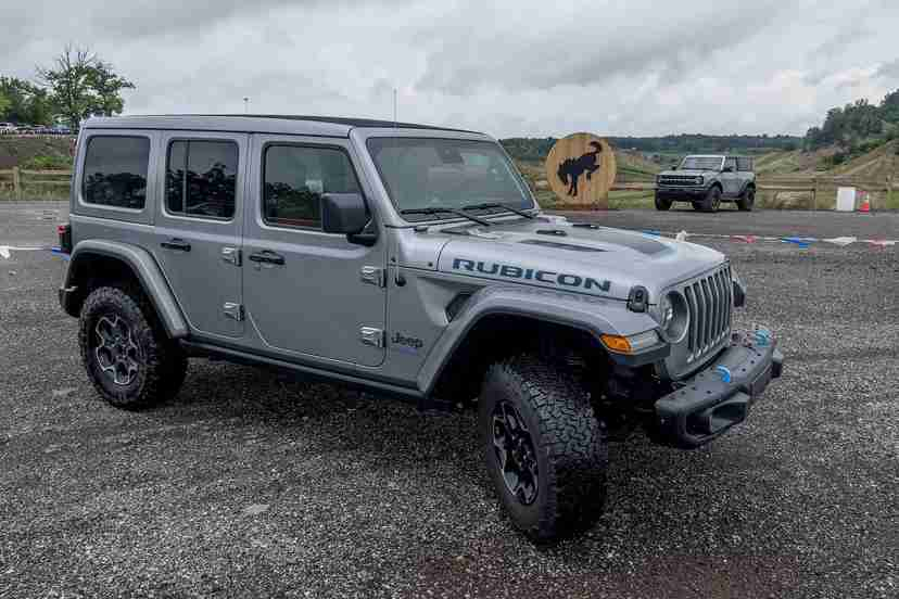 jeep-wrangler-2021-ford-bronco-2021-13-angle--exterior--front--silver.jpg