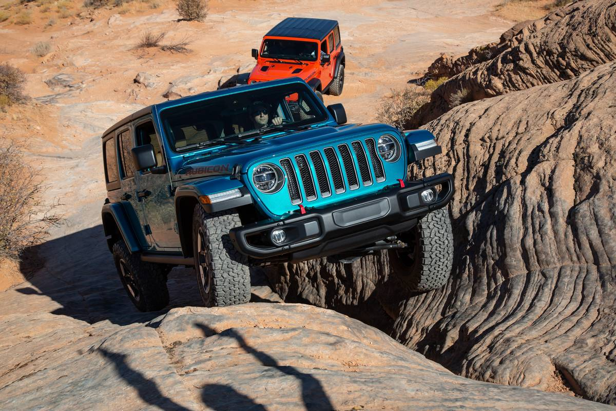 jeep-wrangler-unlimited-eco-diesel-2020-12-angle--blue--dynamic--exterior--front--off-road--red.jpg