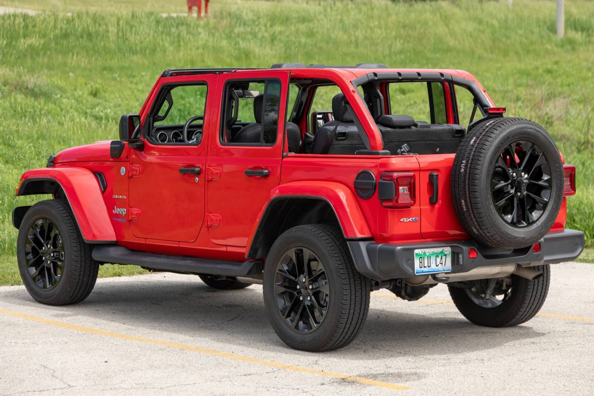jeep-wrangler-unlimited-sahara-4xe-2021-14-angle--exterior--rear--red.jpg