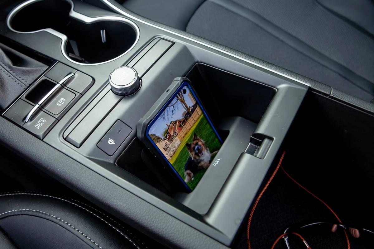 2021 Kia K5 GT Line wireless smartphone charging station