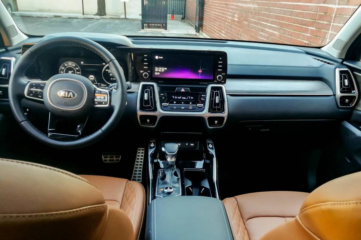 kia-sorento-2021-05-cockpit-shot--dashboard--front-row--interior.jpg