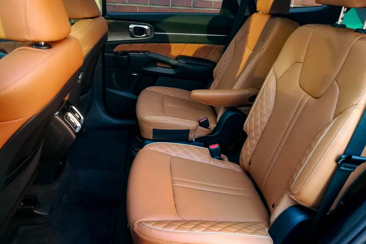 kia-sorento-2021-11-interior--seats--second-row.jpg