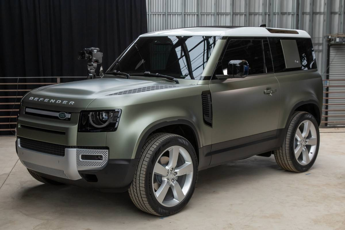 land-rover-defender-2020-cl-27-exterior-green-front-angle.jpg