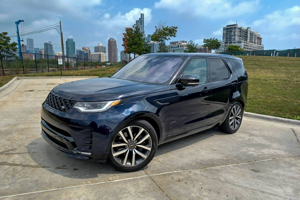 land-rover-dicovery-2021-01-angle-badge-blue-exterior-front-suv