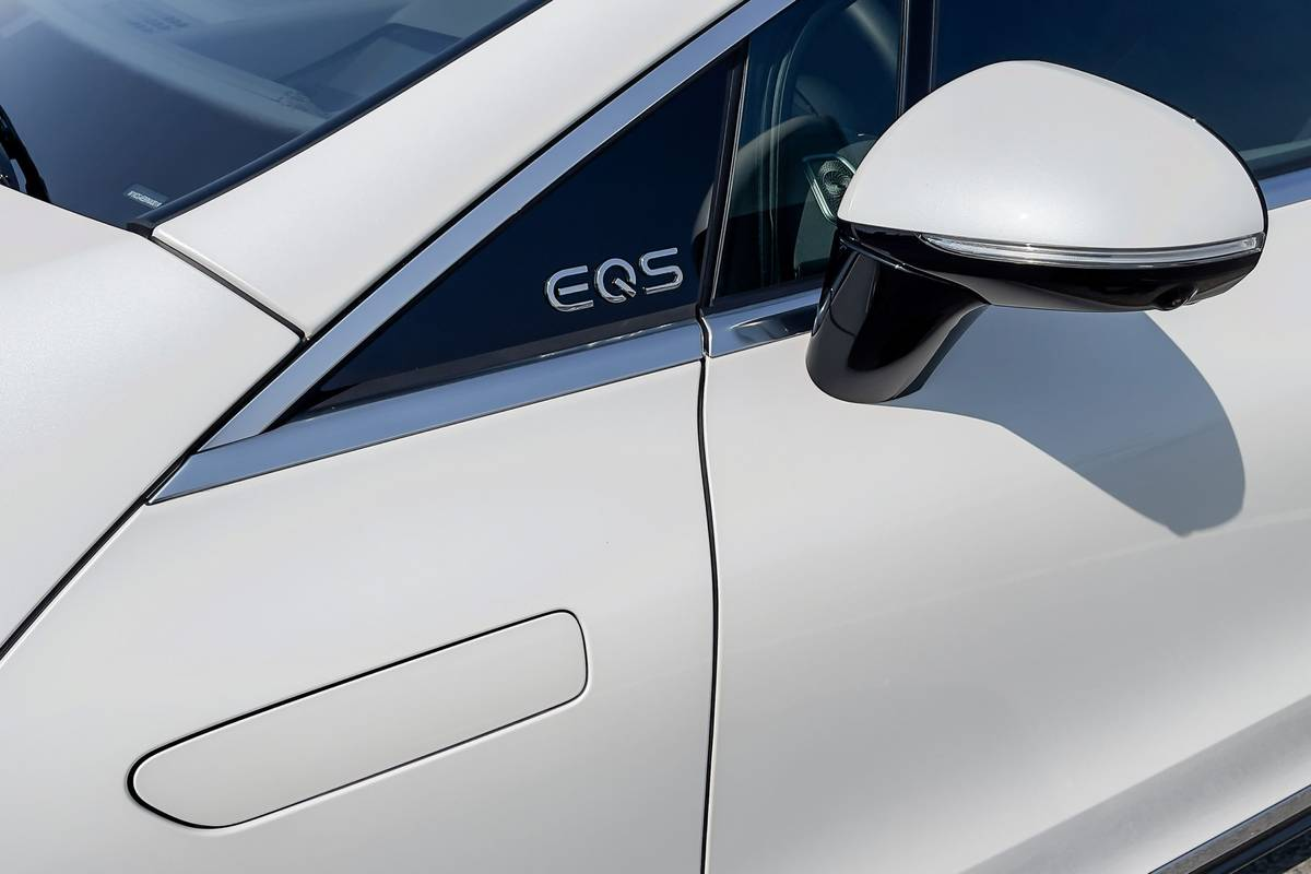 mercedes-benz-eqs-580-4matic-2022-03-badge-exterior-sedan-side-view-mirror-white