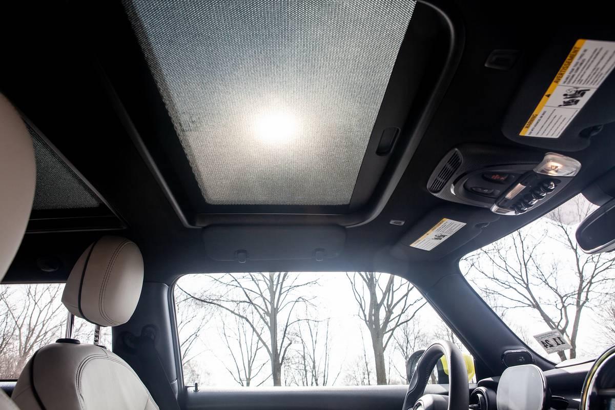 mini-cooper-se-electric-2020-28-interior--sunroof.jpg