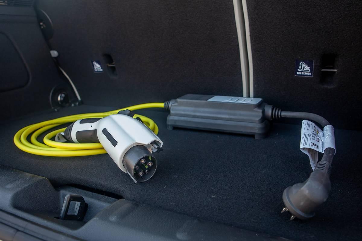 mini-cooper-se-electric-2020-44-cargo--charging-station--interior.jpg