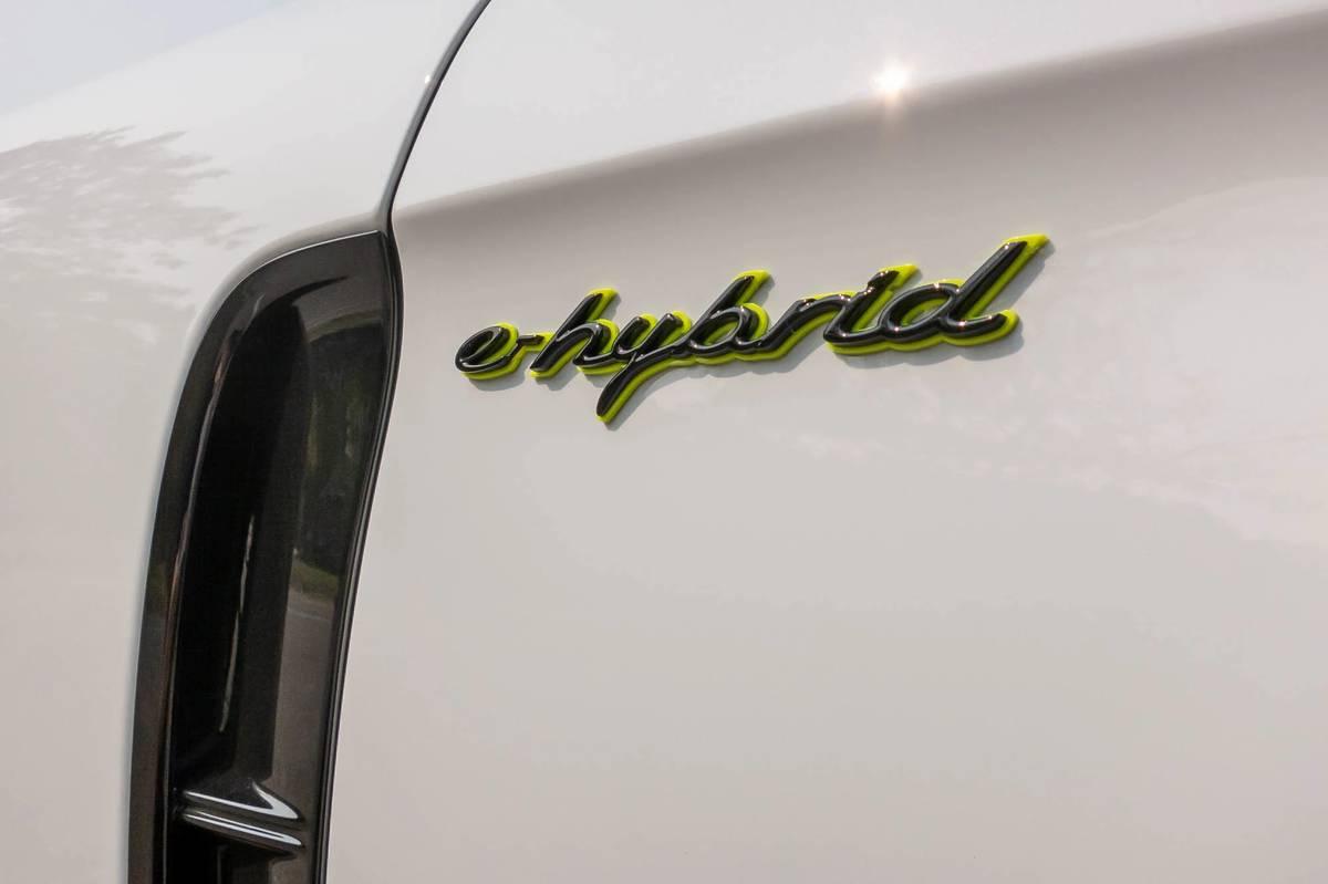 porsche-panamera-4s-e-hybrid-2021-07-badge--detail--exterior--white.jpg