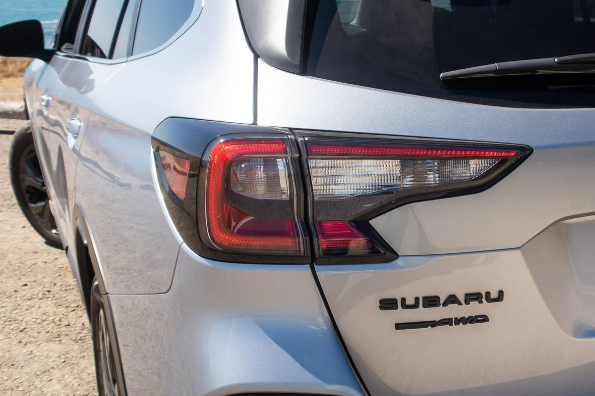 subaru-outback-2020-05-badge--detail--exterior--rear--silver--taillights.jpg