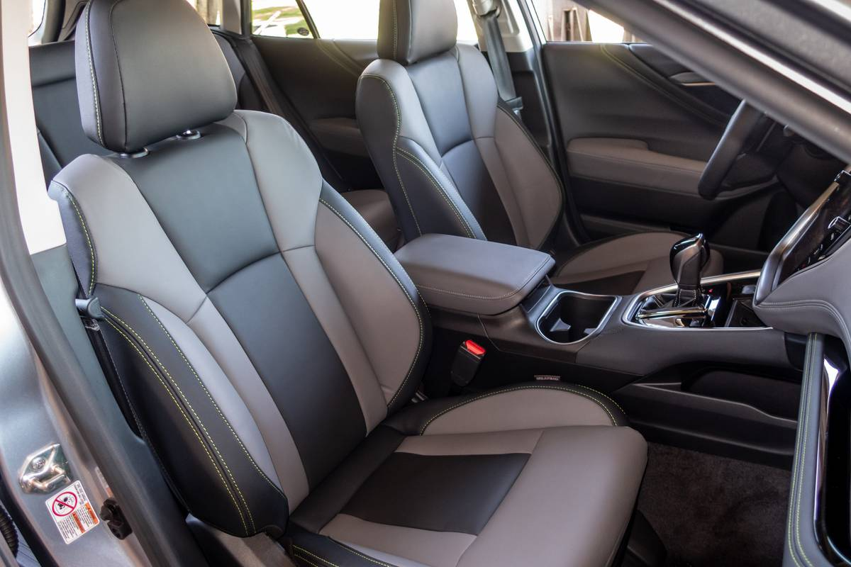 subaru-outback-2020-08-front-row--interior--seats--two-tone--upholstery.jpg