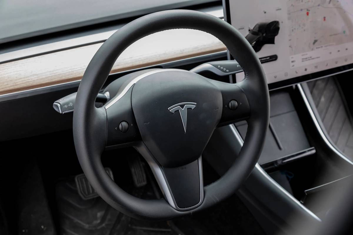 tesla-model-y-2021-18-front-row--interior--steering-wheel.jpg