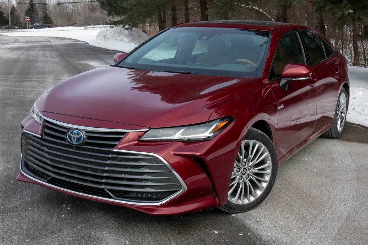 toyota-avalon-hybrid-2021-02-angle--exterior--front--red.jpg