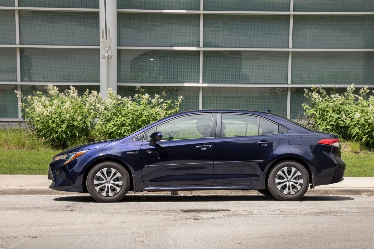 toyota-corolla-hybrid-2020-05-blue--exterior--profile--urban.jpg