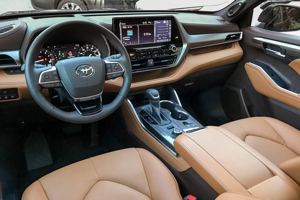 toyota-highlander-2020-07-interior-cockpit-shot.jpg