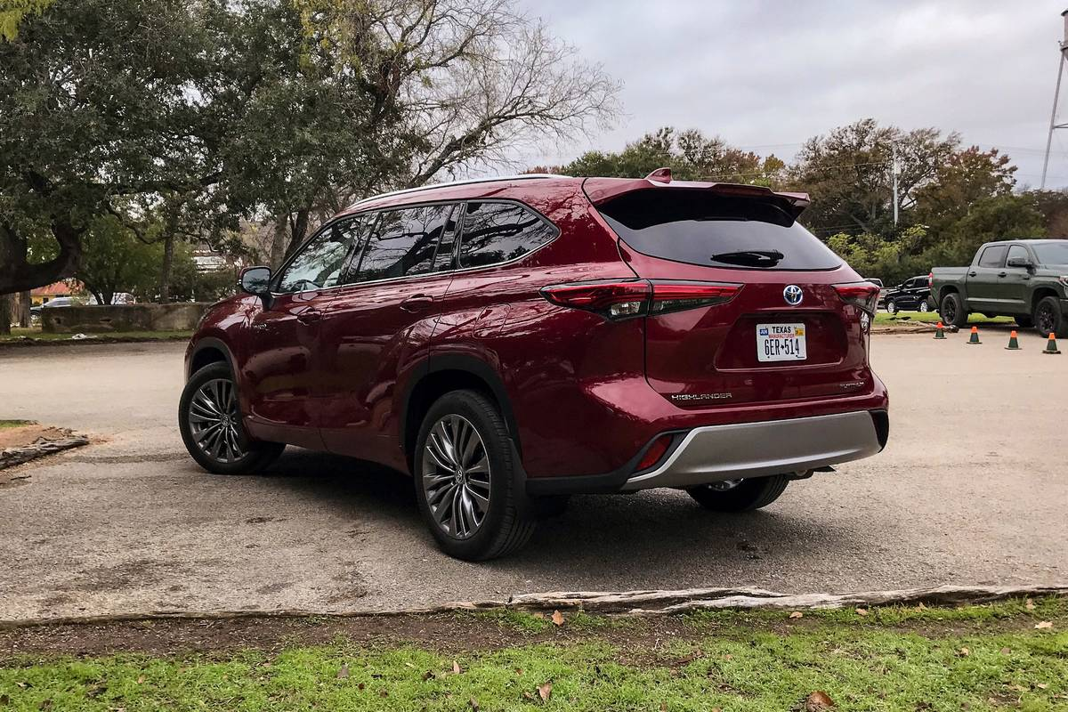 toyota-highlander-2020-24-exterior-rear-red-angle.jpg