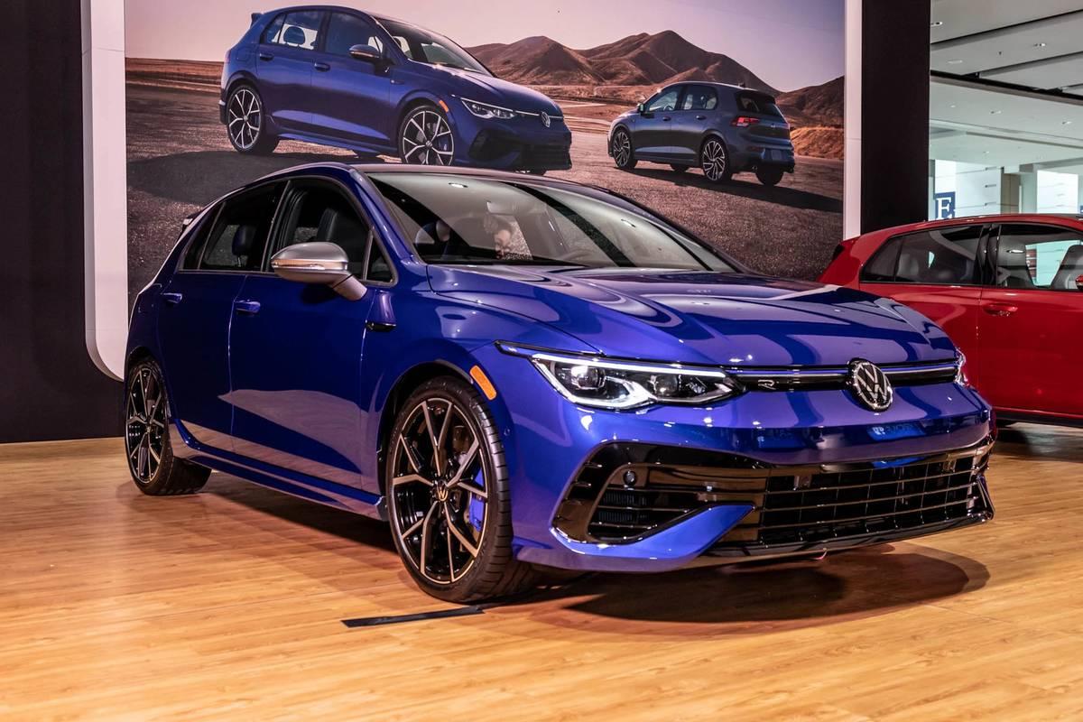 volkswagen-golf-r-2022-01-angle--blue--exterior--front.jpg