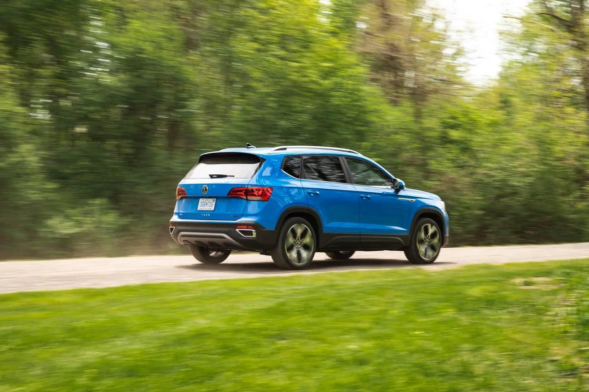 volkswagen-taos-sel-2022--02-blue--dynamic--exterior--rear-angle.jpg