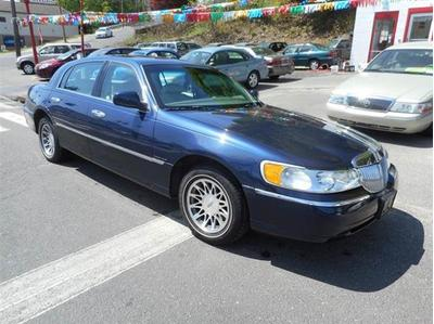 2002 Lincoln Town Car  for sale VIN: 1LNHM82W42Y661652