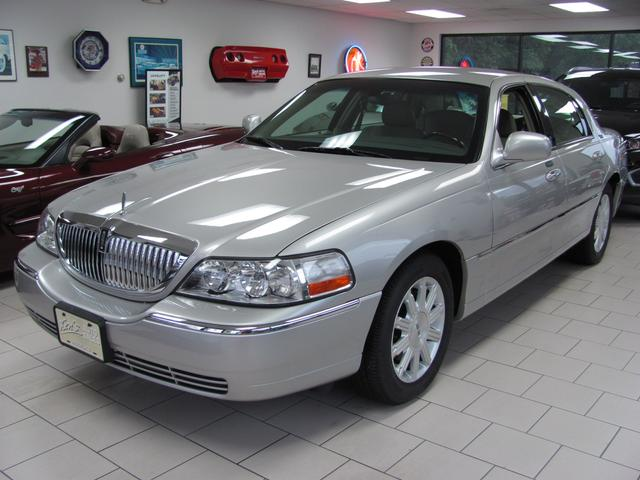 Used 2009 Lincoln Town Car Signature Limited Sedan In Holyoke Ma